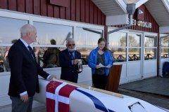 50 års jubilarerne forærer klubben EN'R. Sarah Petersen døber. (2015)