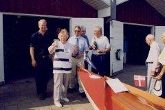 I 1999 forærede Støtteforeningen klubben STØT. Gudmor Agnete Poulsen med foreningsformand Erik Wetche og klubformand Niels Ryhding