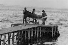 1971 - det er så lavvandet, at bådene må løftes i vandet..