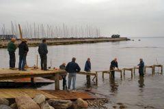 Klubben byggede selv en midlertidig fast tillægsbro, mens man ventede på flydedele .