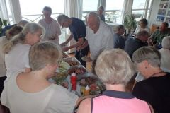 Kalveculotte, pølser og diverse salater er klar på buffet