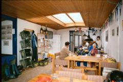 1990: Ovenlysvinduerne holdt ikke tæt i regnvejr.  Kasserer Christian Buch m.fl.