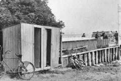 Omklædningskabinen (standeren på broen blev vedtaget 24. 9. 1940)